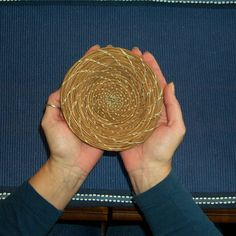 How to Make a Pine Needle Basket (with Pictures) Rope Basket, Basket Weaving, Craft Items, Craft Gifts, Pine Needle Crafts, Straw Decorations, Making Baskets, Inkle Weaving, Pine Needle Baskets