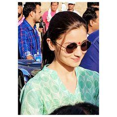 Fabulous 😙😙😙😙😙😙 Bollywood Stars, Bollywood Fashion, Alia Bhatt Varun Dhawan, Aalia Bhatt, Alia Bhatt Cute, Alia And Varun, Actress Pics, Stylish Girl Pic, Beautiful Asian Girls