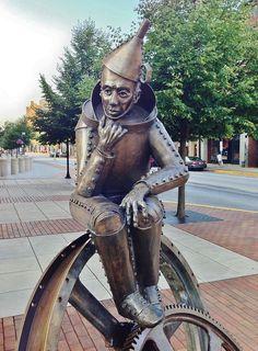 The Tin Man- Lorann Jacobs & Patrick Sells, near County Judicial Center, York, Pennsylvania, USA Outdoor Garden Statues, Outdoor Art, Bronze Sculpture, Sculpture Art, Rodin, Amazing Street Art, Art For Art Sake, York Pennsylvania, Land Art