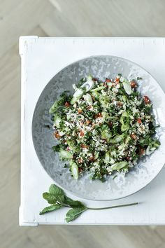 Cauliflower couscous with a Middle Eastern touch where tabbouleh is made with cauliflower instead of bulgur. Cauliflower Couscous, Recipes From Heaven, Healthy Salad Recipes, Lchf, Side Dishes, Favorite Recipes, Vegetables, Eat, Cooking