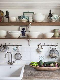 空いているスペースがあったら板を使って、小さい棚を作ってみても。キッチンの印象が大きく変わりそう。