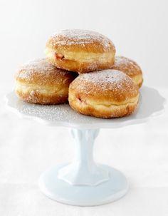 Pour Mardi gras, carnaval ou simplement au goûter, on se laisse subjuguer par ces recettes de beignets ultra-gourmands. Merveille, bugne, donut, beignet de pomme, quelle douceur aura votre préférence ? http://www.elle.fr/Elle-a-Table/Fiches-cuisine/Tous-les-themes/Recettes-de-beignets-sucres