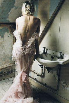 De los tesoros ocultos de los Delfine Bafort por Corinne Day para la revista Vogue UK, abril de 2002