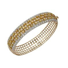 Round Brilliance    This bracelet by Anmol Jewellers is crafted in 18 K gold and set with Mother-of-Pearl and round brilliant diamonds.