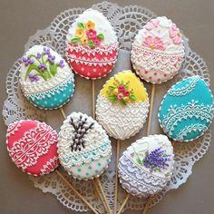 Таким пряником можно украсить кулич или поставить как букет на стол)). А эти будут подарены на Пасху подругам заказчицы.  #сладкийстол #сладкийподарок #детскийпраздник #chelyabinsk #челябинск #пряникиназаказ #пряникичелябинск #cookies #galetasdecoradas #gingerbread #gingerbreadcookie #valentine #valentineday #icedcookies #подарокчелябинск #комплимент #cookieart #пасха #пряникипасхальные #пасхальныйдекор
