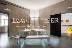 Unkarilainen Dekoratio-toimisto on sisustettu tyylikkään sivistyneesti #toimisto #design