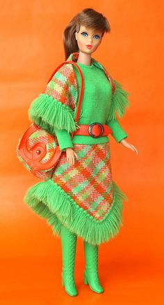 Plaid Fringe Barbie Skirt and Poncho Outfit Green & Orange Fall Play Barbie, Barbie I, Barbie Dream, Barbie World, Barbie And Ken, Barbie Makeup, Vintage Barbie Kleidung, Vintage Barbie Clothes, Vintage Dolls