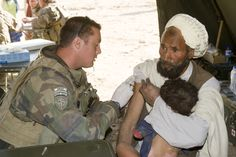 Auxiliaire sanitaire soignant un civil. © armée de Terre
