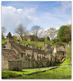 """比伯里,英格蘭(Bibury, England)  Bridget Jones' Diary的拍攝地-比伯里是個古老的村莊,以褐色石頭小屋以及陡斜的屋頂知名內外,更被譽為""""英國最美村莊""""。"""