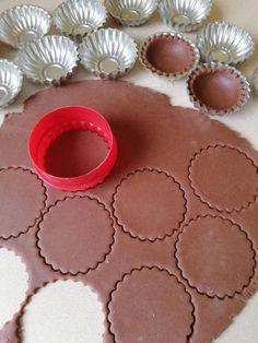 Kakaové košíčky s orechovou plnkou - recept postup 1 Mini Desserts, Cookie Desserts, Sweet Desserts, Christmas Sweets, Christmas Candy, Christmas Baking, Cake Decorating Tips, Cookie Decorating, Mini Cakes