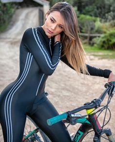 Women who mountain bike rock! Bicycle Women, Bicycle Race, Bicycle Girl, Bike Suit, Sport Outfit, Cycling Girls, Cycle Chic, Sporty Girls, Biker Girl