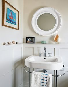 This cool pale country bathroom introduces elements of the coastal living by using a few carefully chosen accessories
