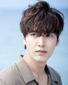 Actor Lee Min Ho will most likely be heading to the army in March or April of this year.According to an insider source to Sports DongA, the actor will… Fringe Hairstyles, Permed Hairstyles, Men's Hairstyle, Dramas, Afro, Wave Perm, Using A Curling Wand, Getting A Perm, Air Dry Hair