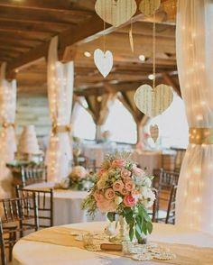 Que tal decorar sua festa usando papel? Você pode colocar a mão na massa e decorar com corações cortados à mão!