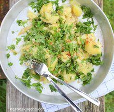 Tahinin herşey uyum sağlayan çok özel bir lezzeti var. Bu salataya da oldukça hoş ama yoğun bir kıvam veriyor. Tek başına bile yiyebileceğiniz harika bir patates salatası.
