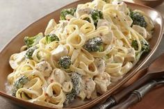 Easy Chicken & Broccoli Alfredo – This savory Alfredo recipe may seem complicated to make, but it's a snap when you know this shortcut. A creamy cheese sauce tops chicken, fettuccine pasta, and fresh broccoli in 20 minutes flat. Pasta Alfredo Con Pollo, Chicken Broccoli Alfredo, Alfredo Sauce, Fettuccine Pasta, Chicken Brocoli, Chicken Pasta, Broccoli Pasta, Broccoli Florets, Healthy Eating Recipes