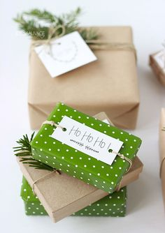 christmas wrapping Green, the color of nature is relaxing, fashionable and beautiful. It creates a calm and cozy dcor. The colors green and white also have religious connotations. They signify the hope we have for eternal life offered by Jesus. Christmas Gift Wrapping, All Things Christmas, Winter Christmas, Christmas Holidays, Christmas Crafts, Christmas Decorations, Green Christmas, Rustic Christmas, Simple Christmas