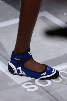 Pretty Shoes, Beautiful Shoes, Beautiful Women, Shoes For College, Prada Spring, Leather Sandals Flat, Everyday Shoes, Best Running Shoes, Open Toe Shoes