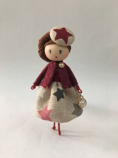 Necklace and brooch jewelry doll by Delafelicidad on Etsy Kids Bedroom Accessories, Doll Accessories, Bijoux Wire Wrap, Clothespin Dolls, Bracelet Crafts, Tiny Dolls, Felt Patterns, Star Jewelry, Little Doll