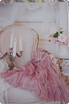 Blush is a soft shade of pink that is delicate, feminine and romantic. Come check out these amazing ideas for decorating with blush! Romantic Shabby Chic, Shabby Chic Pink, Shabby Chic Homes, Shabby Chic Style, Shabby Chic Decor, Pink Love, Pretty In Pink, Kitsch, 1950s Party Dresses