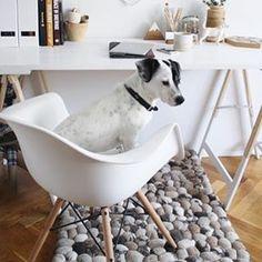 Hyvää huomenta! ☀️Kotitoimisto valmiina uuteen päivään tässä @designorbreakfast -blogin kuvassa. Matto www.sukhimatot.com #sukhimatot #sisustus #matto #kivimatto #stonerug