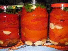 КРАСНЫЙ ПЕРЕЦ ПО-АРМЯНСКИ=ge6 кг красного мясистого болгарского перца 500 мл растительного масла 100 г уксуса 4 ст.воды 1/2 ст.соли 1/2 ст.сахара чеснок 300 г лавровый лист,чёрный перец горошком сельдерей 1 пучок петрушка 1 пучок  Способ приготовления:  Почистить перец от плодоножки и семян. Можно разрезать на четвертинки,а можно оставить целыми. По классическому варианту перец остаётся целым В широкую кастрюлю налить раст. масло,уксус,воду,соль,сахар. Добавить несколько листиков лаврtImage…