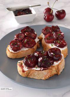 Directo al Paladar - Crostini o tostas de cerezas agridulces con queso de cabra. Receta de aperitivo veraniego