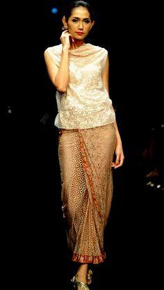 Kebaya style, Rok Lilit Batik Panjang Dengan Aksen Renda