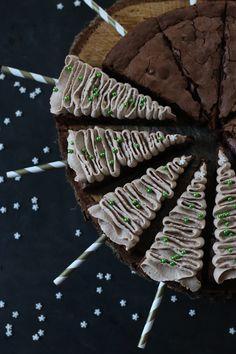 Christmas tree brownies with cappuccino cream of yummy makes sweet .- Tannenbaum Brownies mit Cappucino Sahne von Lecker macht süchtig Fir tree brownies with cappuccino cream of deliciously addictive - Birthday Brownies, Christmas Tree Brownies, Christmas Cakes, Cookie Dough Brownies, Fir Tree, Eat Dessert First, Chocolate Desserts, Toffee, Yummy Cakes