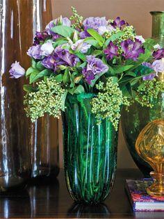 Os dois tipos de lisiantus, lilás e roxo, se entremeiam às folhas de alstroemérias e sementesverdes no vaso de Murano.