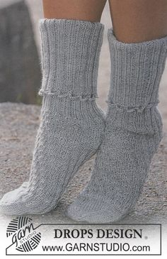DROPS – Free knitting patterns by DROPS Design - handschuhe sitricken Crochet Socks, Knitted Slippers, Knitting Socks, Knitted Hats, Knit Crochet, Knitting Patterns Free, Knit Patterns, Free Knitting, Free Pattern