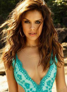 Paloma Bernardi abusa do decote em campanha de moda