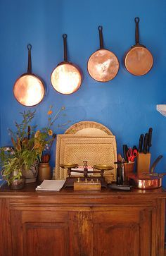 Copper pans hanging on a blue wall- I want to put these on my peacock blue kitchen wall! Copper Paint Colors, Copper Colour Palette, Colour Palettes, Kitchen Stools, Kitchen Decor, Kitchen Ideas, Kitchen Inspiration, Kitchen Design, Blue And Copper Living Room