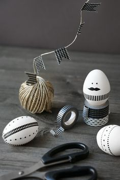 Peinture, dessin,collage, masking tape, tout est possible pour la décoration des oeufs de Pâques. D'autres idées sur le site.