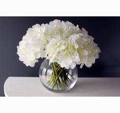 Urocze, białe hortensje w wyjątkowym wazonie w kształcie szklanej kuli od tenDOM