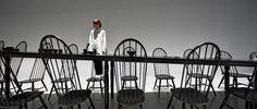 在米兰世博会日本馆,nendo 带来的 Colourful Shadows 餐具系列被放到一个长条形餐桌上,只有你走近时才会发现桌子和椅子的高度也在变化