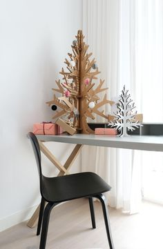 Recycled cardboard christmas tree - for all christmas loving, design adoring treehuggers! Recycled Christmas Decorations, Creative Christmas Trees, Diy Christmas Tree, Christmas Lights, Xmas Trees, Christmas Ideas, Cardboard Tree, Cardboard Christmas Tree, Cardboard Crafts
