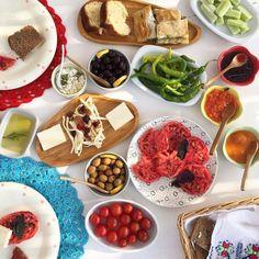 Ada kahvaltısını duymayan kaldı mı? Fotoğrafa bir bakın, bir de @patiskabozcaada Oya'nın elinden çıkan reçellerin, hamur işlerinin, @alishiro 'nun nefis ada ekmeğinin, bahçeden toplanan biberin, domatesin tadını hayal etmeye çalışın. Öyle böyle değil!