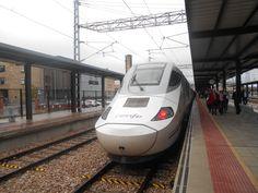 Tren Alvia en la Estacíón de León.