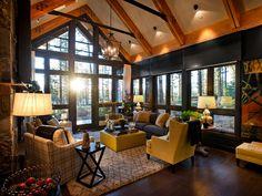 Интерьер дома с панорамными окнами в лесу