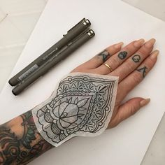 Henna Arm Tattoo, Mandala Hand Tattoos, Henna Tattoo Designs, Arm Band Tattoo, Finger Tattoos, Body Art Tattoos, New Tattoos, Celtic Tattoos, Hand Tattoos For Women