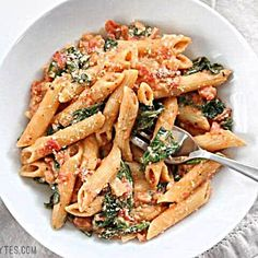 Tomato and Spinach Pasta Creamy Tomato and Spinach Pasta is a fast an easy answer to dinner that the whole family will love. Creamy Tomato and Spinach Pasta is a fast an easy answer to dinner that the whole family will love. Healthy Food Recipes, Easy Pasta Recipes, Easy Healthy Dinners, Healthy Dinner Recipes, Beef Recipes, Chicken Recipes, Cooking Recipes, Cooking Ideas, Oven Cooking