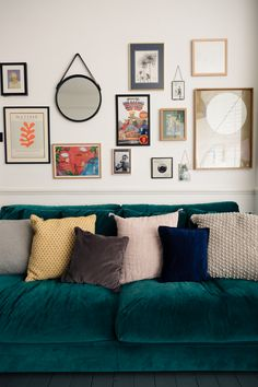 How to build an eye-catching gallery wall and curate a wall filled with affordable art into a feature gallery wall in your home New Living Room, Living Room Interior, Home And Living, Living Room Decor, Living Room Gallery Wall, Bedroom Wall, Bedroom Decor, Gallery Wall Layout, Inspiration Wall