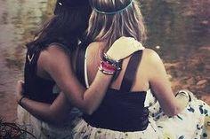 Coragem, confesse: você assiste ao programa Em nome do amor do Silvio Santos, domingos à tarde. É aquele programa onde garotas e rapazes que nunca se viram mais gordos tiram uns aos outros para dançar ao som de Julio Iglesias, enquanto aproveitam para trocar três palavras. No final da música, Silvio pergunta para cada casal: é namoro ou amizade? Se a menina responder amizade, volta para o banco de reservas. Se responder namoro, ganha um buquê de flores e sai de mãos dadas com um amor novinho…