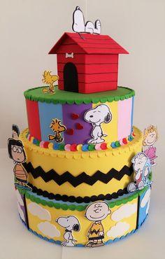 Super colorido e com lindos detalhes, este bolo cenográfico deixará sua festa com o Snoopy ainda mais bonita! Base de isopor, coberto com EVA. Detalhes em EVA (exceto imagens dos personagens). Personagens impressos em papel e aplicados em uma base de EVA. Detalhes das dimensões: - Camadas ... Snoopy Birthday, Snoopy Party, Sons Birthday, Happy Birthday Cards, 1st Birthday Parties, Birthday Wishes, Bolo Snoopy, Snoopy Cake, Baby Party