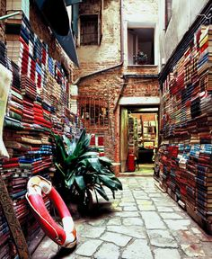 teachingliteracy:    [A bookshop in Venice] (by uηderaglassbell)
