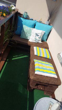 Diy Couch aus Paletten  benötigte Materialien: 1. 4 Paletten 2. Holzlack ( Farbe hier: braun)  3. 2 Schaummatratzten  4. Stoff (hier ebenfalls braun)  Achtung: wir mussten aufgrund der Größe unseres Balkons die Paletten zuschneiden. Deswegen mussten wir uns Schaummatratzen kaufen und die selber mit Stoff beziehen. Wenn man die Größe der Paletten nicht ändern muss, gibt es auch Matratzen bzw. Auflagen bei Amazon abgestimmt auf solche Sofas aus Paletten.