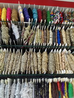 El blog de Georgina: Estamos aquí.... Diy Fabric Jewellery, Textile Jewelry, Burgundy Bag, Woven Belt, Boho Bags, Fashion Sewing, Lace Design, Diy And Crafts, Ribbon