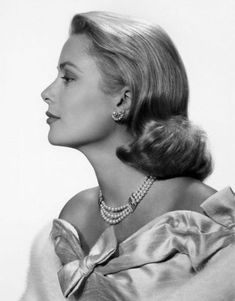As the V&A opens it's Grace Kelly: Style Icon exhibition, VOGUE.COM celebrates the fashion, style and biography of Grace Kelly, the Princess of Monaco. Old Hollywood Glamour, Classic Hollywood, Hollywood Stars, Timeless Beauty, Classic Beauty, Iconic Beauty, Classic Fashion, Princesa Grace Kelly, All Black