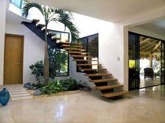 Las escaleras de interior son imprescindibles en las viviendas que tienen más de una planta, y además de tener su funcionalidad, son muy decorativas.